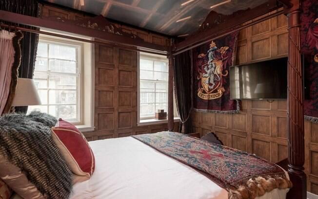 O quarto principal é inspirado no dormitório da casa Grifinória