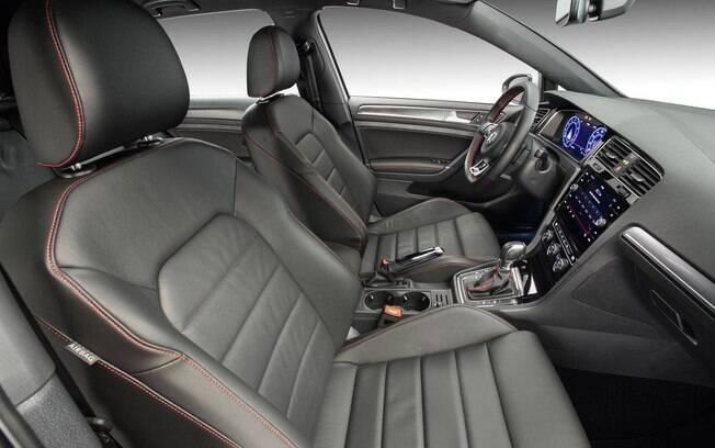 Bancos revestidos de couro do VW Golf GTI são oferecidos na lista de opcionais. De série,  vem o charmoso tecido Clark