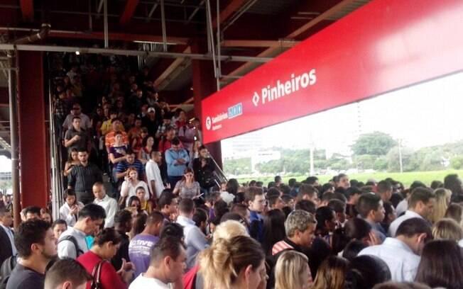 Em dias de falhas técnicas, a plataforma da estação Pinheiros acumula filas e multidão; susto desta sexta deixou feridos