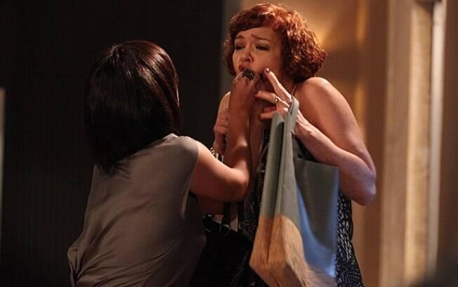 Marcela se descontrola ao ser abandonada por Paulo e desconta tudo em Esther