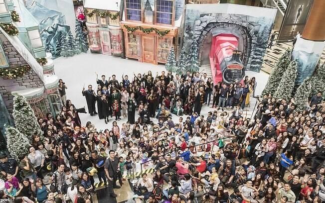 O Expresso de Hogwarts, de Harry Potter, atrai a atenção dos visitantes no aeroporto de Changi