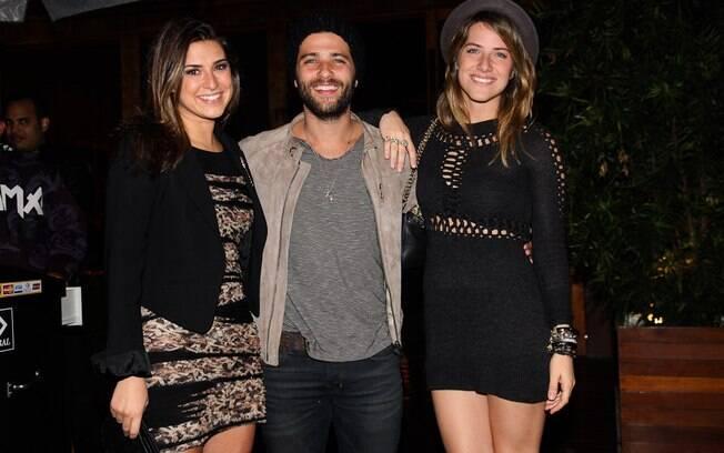 Fernanda Paes Leme, Bruno Gagliasso e Giovanna Ewbank na saída do restaurante