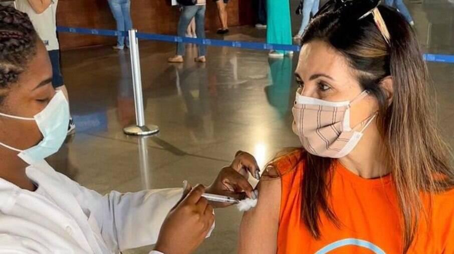 Fátima Bernardes toma primeira dose de vacina contra Covid-19