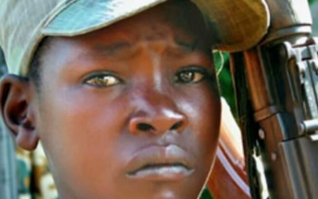 Além de soldados, crianças assumem funções de apoio à guerra, como escudos humanos e também na área da prostituição