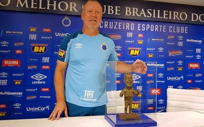 Mano Menezes recebeu uma mini estátua como forma de homenagem pelos 200 jogos a frente do Cruzeiro