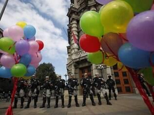 Ativistas dos direitos gays na Sérvia realizaram sua primeira Marcha do Orgulho em 4 anos, no domingo, andando pelas ruas de Belgrado esvaziados de tráfego e pedestres