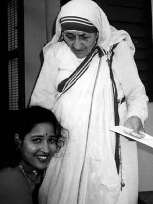 A autora do livro, Ruma Bose, com Madre Teresa, em Calcutá, no ano de 1992