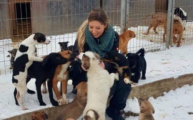 Fotos de Laura com animais resgatados. A protetora de animais percorre a Romênia para salvar cães