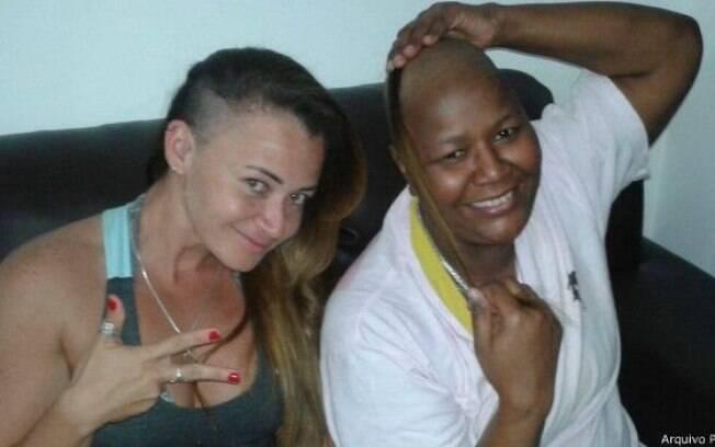Rosinha e a técnica Vanessa Melo quando ainda se recuperava do câncer