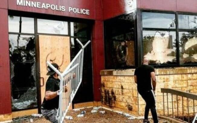 Manifestantes destruíram a delegacia de Polícia da cidade
