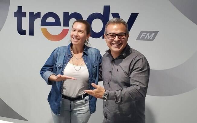 Ana Paula Barros posa ao lado de Vitor Junior, da Trendy FM