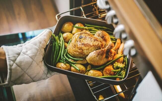 Frango assado com batatas pode ficar ainda melhor com essas dicas de temperos, ingredientes e acompanhamentos