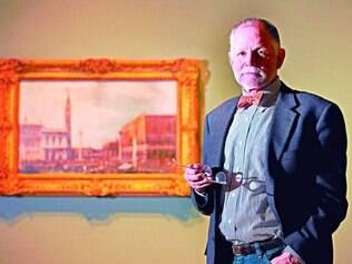 Curador. Timothy J. Standring tem ao fundo pintura que descobriu em 2007 nos depósitos do museu de Denver, um autêntico Canaletto