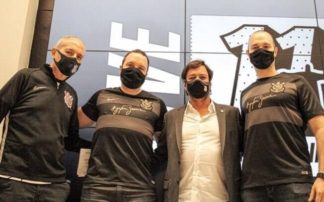 Colagrossi e Duilio posaram junto com os responsáveis pela empresa patrocinadora