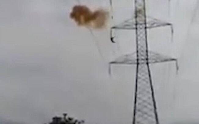 Victor Arroyo González, de 20 anos, morreu eletrocutado após tentar descer de torre de energia em cidade colombiana