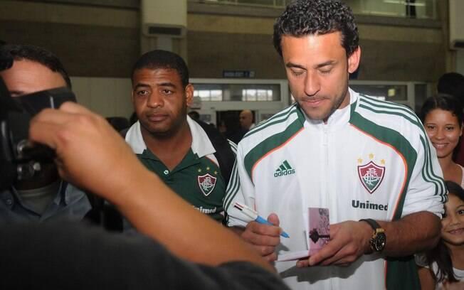 Fred da autógrafo em desembarque do  Fluminense