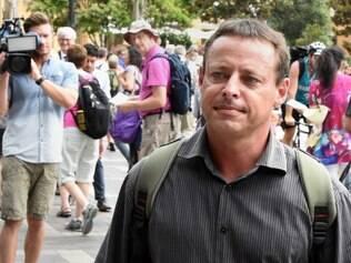 Hicks foi detido em 2001 no Afeganistão, depois de ter recebido treinamento em um campo da Al-Qaeda e conhecido Osama Bin Laden