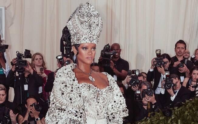 """Rihanna se inspirou no papa para o Met Gala 2018, cujo tema era """"Corpos Celestiais: Moda e a Imaginação Católica"""""""