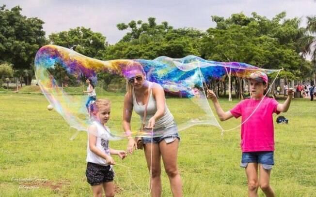 No verão, as bolhas de sabão gigantes podem ser uma ótima brincadeira