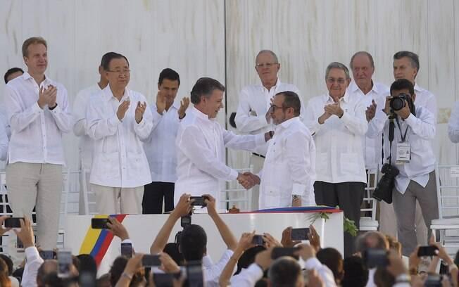 Aperto de mão entre o ex-presidente da Colômbia, Juan Manuel Santos, e Lonõno. A cerimômia realizada em 2016 selou o acordo de paz entre o governo e as Farc