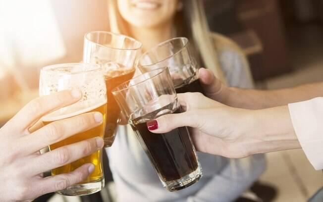 Como emagrecer? Tomar refrigerante e sucos industrializados podem prejudicar o processo por conta das calorias