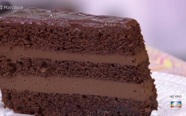 A fatia do bolo fica assim, bem recheada e úmida