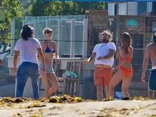 Astro é flagrado com novo visual, jogando vôlei de praia com amigos e a namorada que exibia o corpo com um biquíni azul