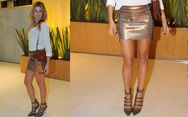 A combinação do scarpin com a saia, apesar de dois tons metálicos, funcionou no visual de Ellen Jabour