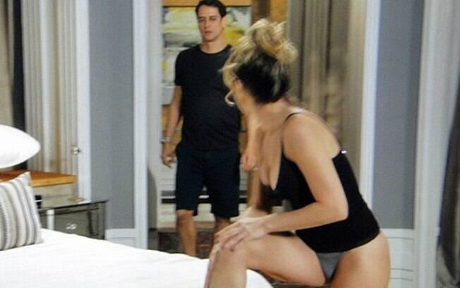Eron (Marcello Antony) flagra Amarilys (Danielle Winits) de calcinha
