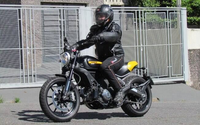 A nova Ducati Scrambler lembra muito a antiga Ducati Scrambler dos anos 1960, principalmente no design.