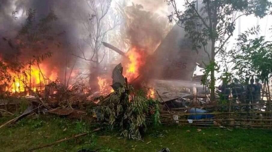 Nas Filipinas, avião militar com 92 pessoas caiu e deixou mortos