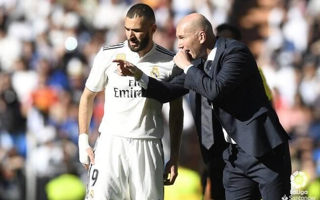 Em sua reestreia, Zidane conversa com Benzema durante a partida do Real Madrid contra o Celta de Vigo
