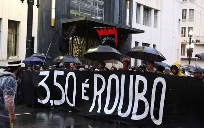 Manifestantes do Movimento Passe Livre em frente à sede da Prefeitura de SP, nesta sexta-feira