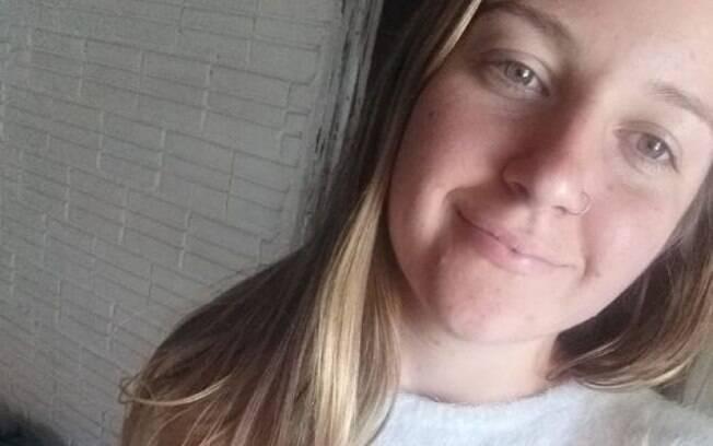 Mulher foi esfaqueada na frente da filha, de três anos e ex-marido é suspeito pelo crime