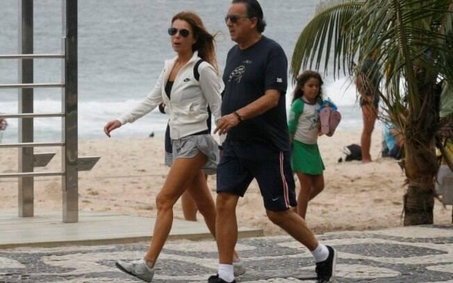 Galvão Bueno caminha com a mulher Desirée no calçadão de Ipanema