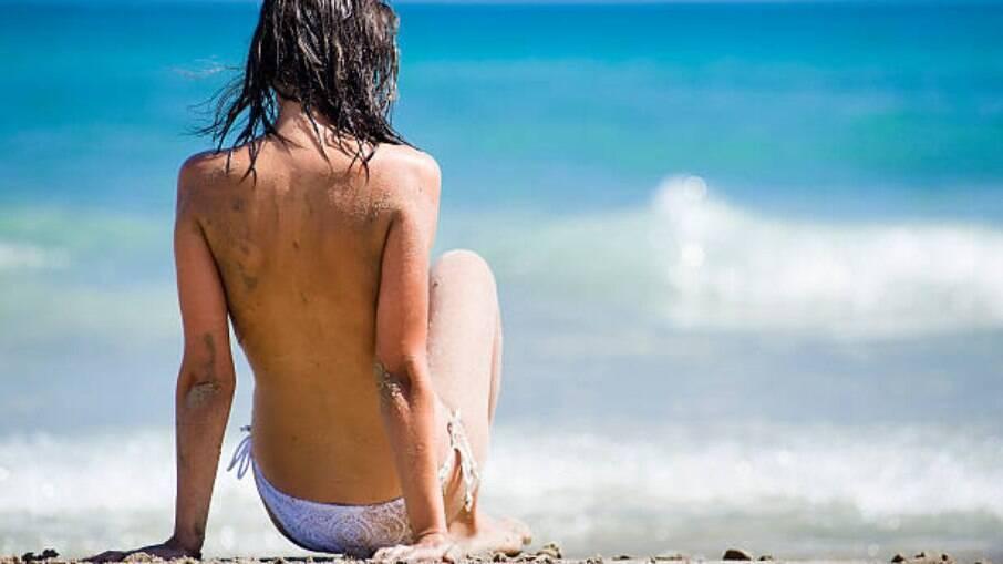 Mulheres são denunciadas no Rio Grande do Norte por fazerem topless na área de piscina de uma casa