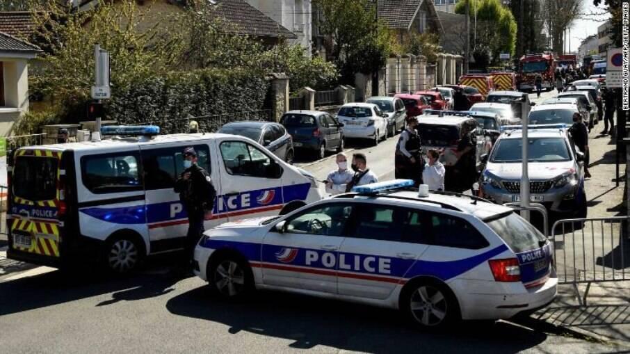 Polícia francesa bloqueia rua onde ocorreu o atentado contra uma oficial