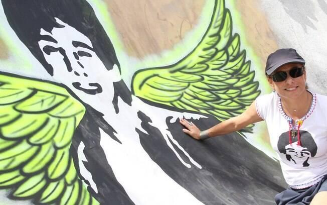 Cissa Guimarães posou ao lado do desenho de seu filho