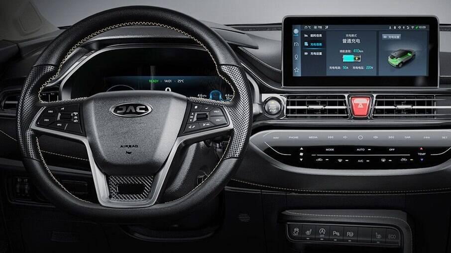 Interior do JAC e-JS4 traz central multimídia com Apple CarPlay e Android Auto
