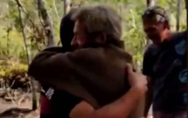 Pai e filho se reencontram e dão abraço após 30 anos