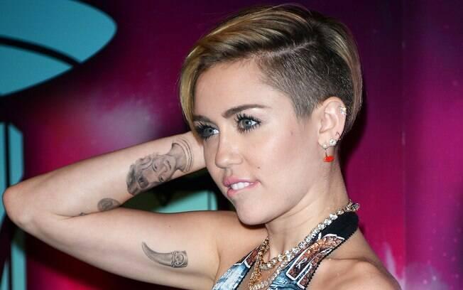 Miley Cyrus critica posição política da grife D&G e é chamada de ignorante