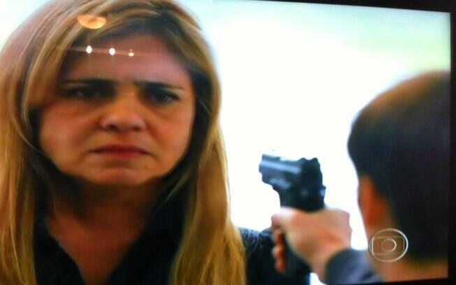 que pega e mira para a rival na intenção de matá-la.. Foto ...