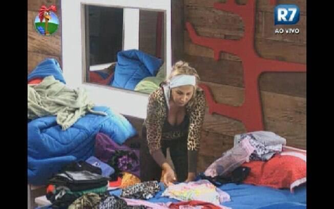 Ângela Bismarchi se irrita com bagunça dos peões no quarto