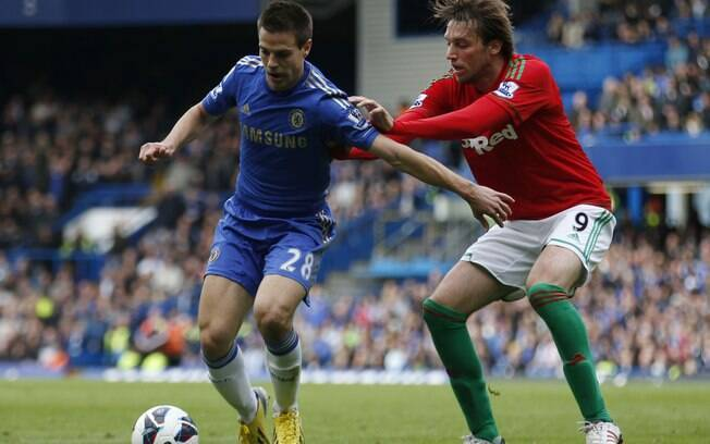 Azpilicueta domina a bola em ataque do  Chelsea cercado por Miguel Michu, do Swansea