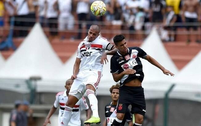 Jogadores de São Paulo e Vasco disputam bola no alto durante final da Copinha