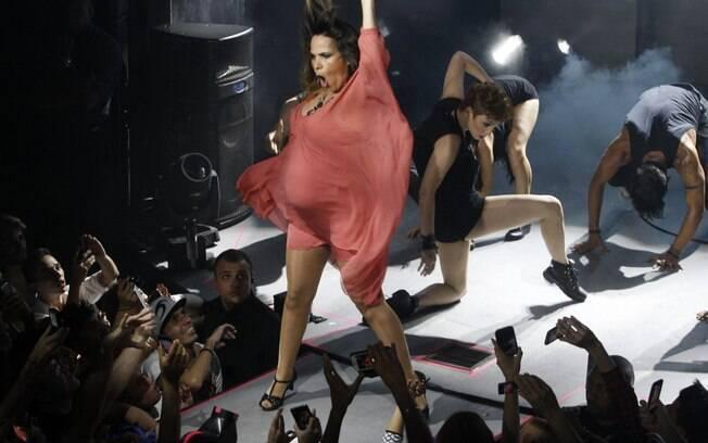 Aos seis meses de gravidez, Wanessa dança muito durante apresentação em São Paulo
