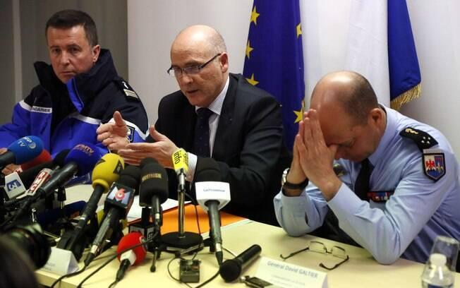Procurador Brice Robin, centro, com o general David Galtier, direita, em entrevista coletiva em Marselha