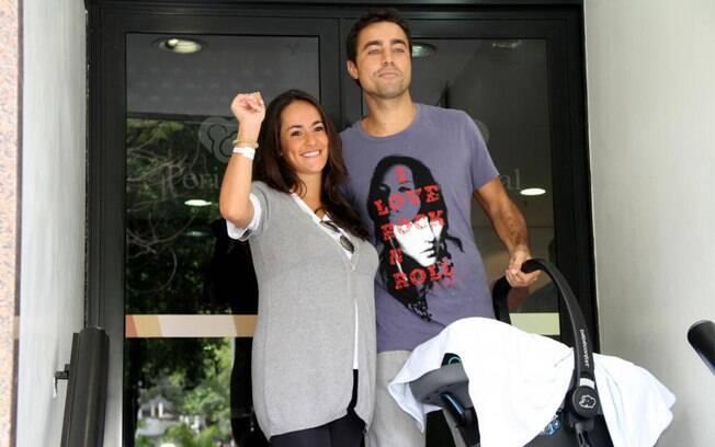 Ricardo Pereira e Francisco Pinto deixam a maternidade com Vicente: o ator quer mais filhos