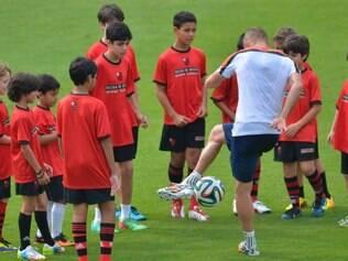 Robben bate bola com os garotos do Flamengo em treino da Holanda