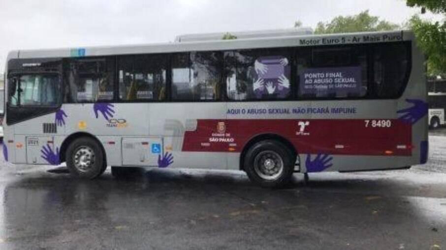 Transporte público com adesivos da campanha contra a violência contra a mulher